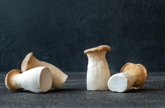 Cogumelos-ostra crus na mesa escura