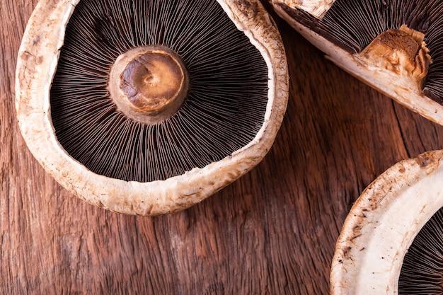 Cogumelos portobello sobre fundo de madeira velha