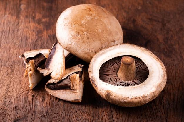 Cogumelos portobello sobre madeira velha