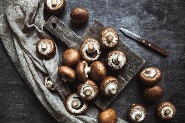 Cogumelos reais em um pano de prato. preparação para cozinhar