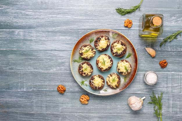 Cogumelos recheados assados caseiros champignon com endro fresco e queijo