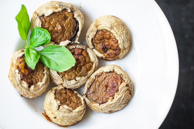 Cogumelos recheados de vegetais cogumelos assados sem carne, porção fresca pronta para comer refeição lanche