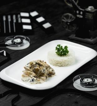 Cogumelos salteados com guarnição de arroz