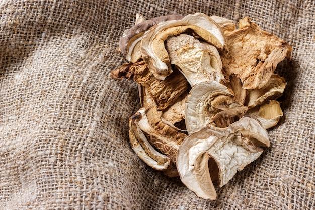 Cogumelos secados do porcini no pano de saco. vista do topo