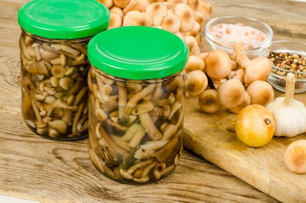 Cogumelos selvagens em conserva em frasco de vidro. preparações caseiras. foto do estúdio.