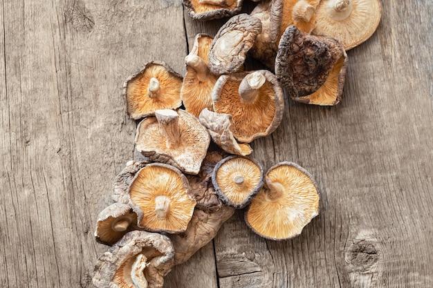 Cogumelos shiitake secos em um fundo de madeira