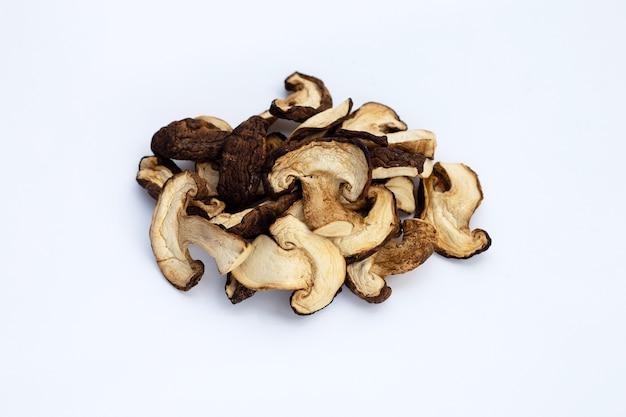 Cogumelos shiitake secos na superfície branca