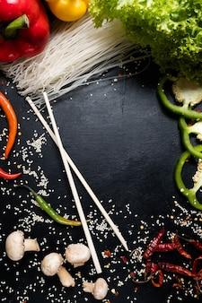 Cogumelos vegetais orgânicos naturais e macarrão de arroz