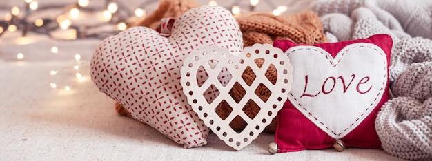 Coisas bonitas para decoração de dia dos namorados em um fundo desfocado com boke.
