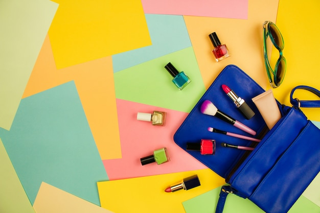 Coisas da bolsa de senhora aberta. cosméticos e acessórios femininos.