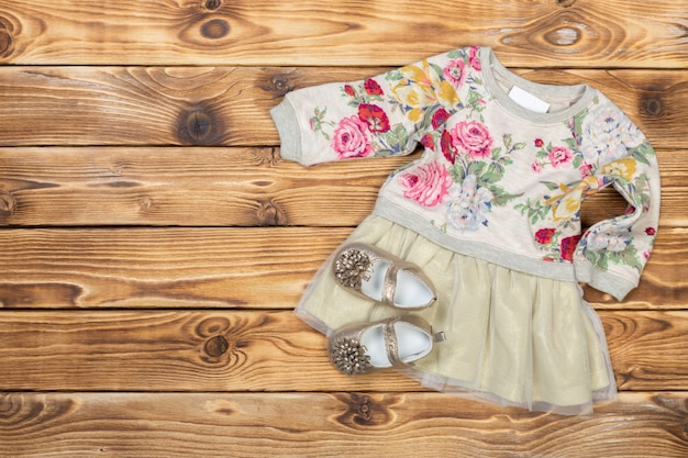 Coisas de bebê na mesa de madeira