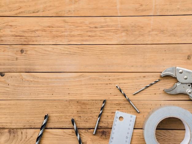 Coisas de carpintaria na mesa de madeira