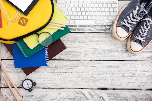 Coisas de escola, sapatos desportivos e teclado