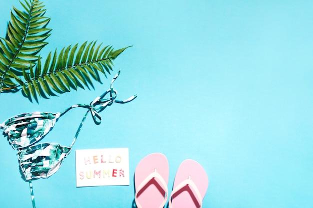 Coisas de estância de verão em fundo azul