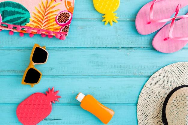 Coisas de férias de praia em fundo azul