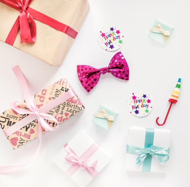 Coisas de festa bonito perto de presentes