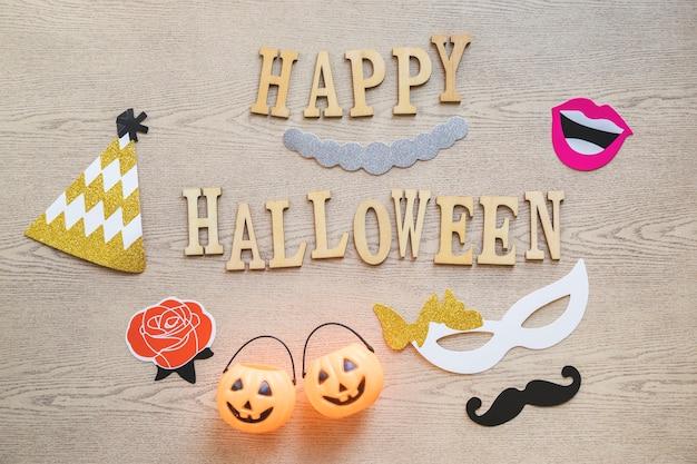 Coisas de festa em torno da escrita de halloween feliz