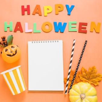 Coisas de halloween e escrevendo em torno de notebook