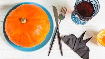 Coisas de Halloween em pé na mesa