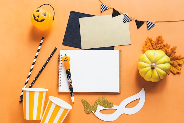 Coisas de halloween em torno de caderno e caneta