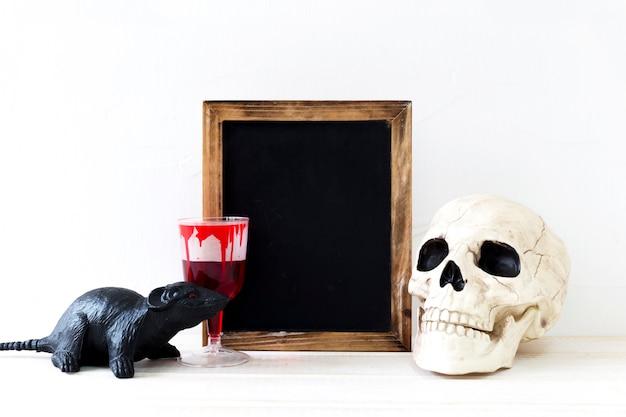 Coisas de halloween perto de quadro-negro