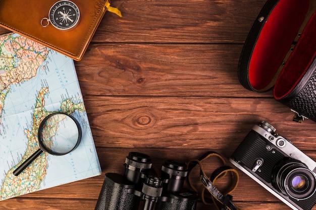 Coisas de viagem na moda antiga na mesa de madeira