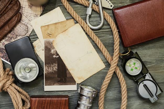 Coisas de viajante na mesa de madeira, fundo vintage