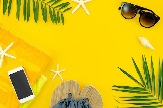 Coisas do verão da mulher da vista superior para a praia, óculos de sol, toalha. telefone.