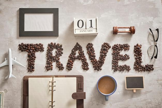 Coisas essenciais para o viajante com uma carta de viagem do grão de café no chão