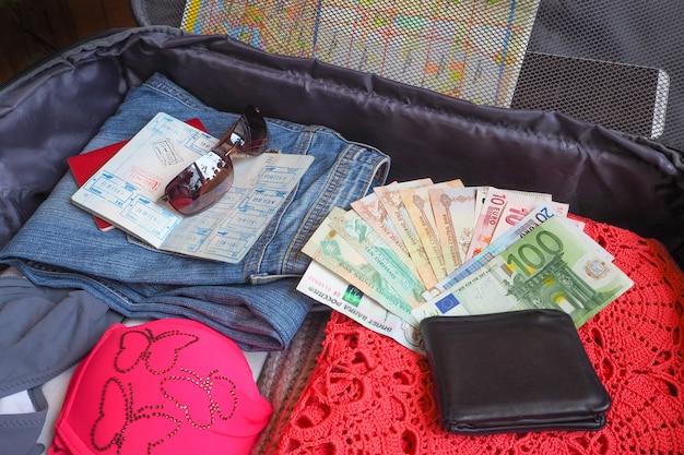 Coisas na mala. os itens coletados em uma mala antes de viajar. o conceito de viagem.