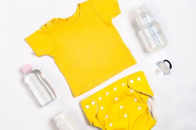 Coisas para bebês em fundo branco