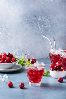 Coktail alquólico de verão com cereja