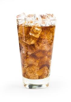Cola com gelo e bolhas isoladas no fundo branco