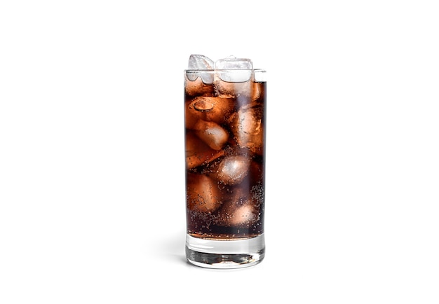 Cola com gelo em um vidro transparente isolado.