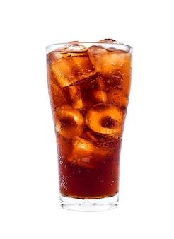 Cola de bebida com gelo no vidro isolado no fundo branco