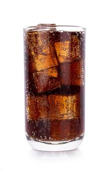 Cola em copo com cubos de gelo em branco