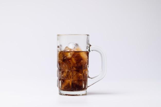 Cola em copo com cubos de gelo transparentes isolados no fundo branco