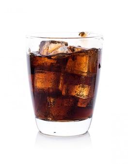 Cola em copo com cubos de gelo