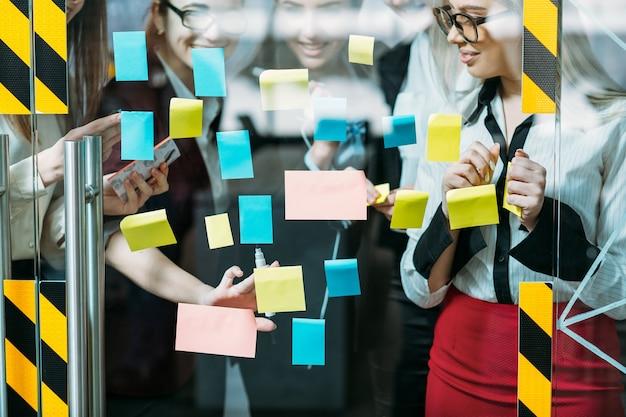 Colaboração corporativa em equipe. discussão de estratégia de negócios. colegas de moças compartilhando ideias.