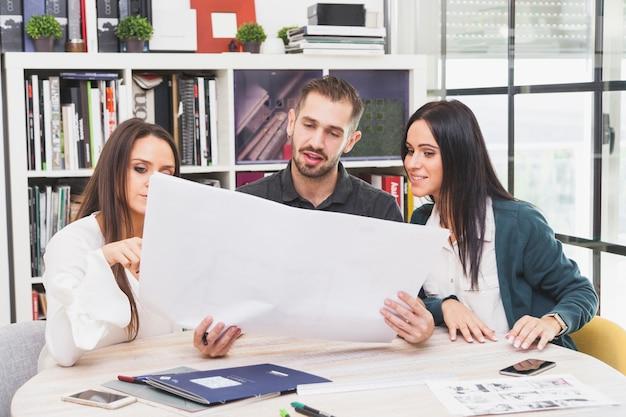 Colaboradores alegres trabalhando no plano
