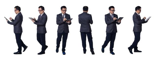 Colagem comprimento total dos sapatos e óculos de calça de terno de homem idoso asiático de 50 anos 60. o gerente sênior usa a rede social digital tablet e gira 360 a vista traseira do lado traseiro sobre o fundo branco isolado