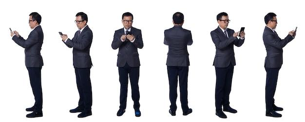 Colagem comprimento total dos sapatos e óculos de calça de terno de homem idoso asiático de 50 anos 60. o gerente sênior usa a rede social do telefone inteligente e gira 360 a vista traseira lateral sobre o fundo branco isolado