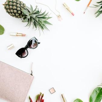 Colagem de acessórios de mulher moderna. óculos de sol, bolsa, batom, pulseira, colar e abacaxi