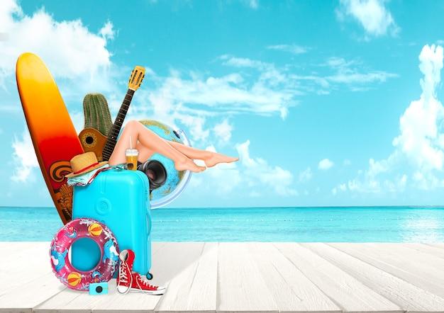 Colagem de bagagem para viagem em frente à vista do mar