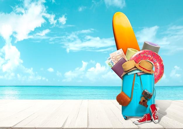 Colagem de bagagem para viagens em frente à vista para o mar. conceito de verão, resort, jornada, viagem, viagem. coisas necessárias. tábua de servir, dinheiro, anel de borracha, sapatos, chapéu e roupas, tapetes esportivos