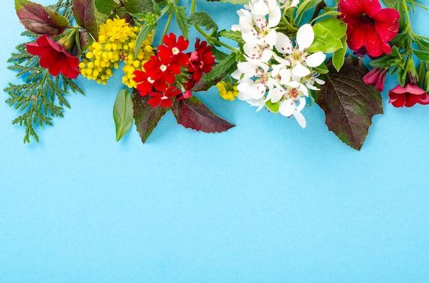 Colagem de cartão de folhas de flores brilhantes em fundo azul