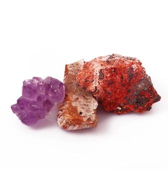 Colagem de cristais minerais isolados no branco