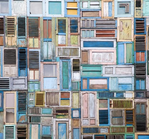 Colagem de janelas de madeira