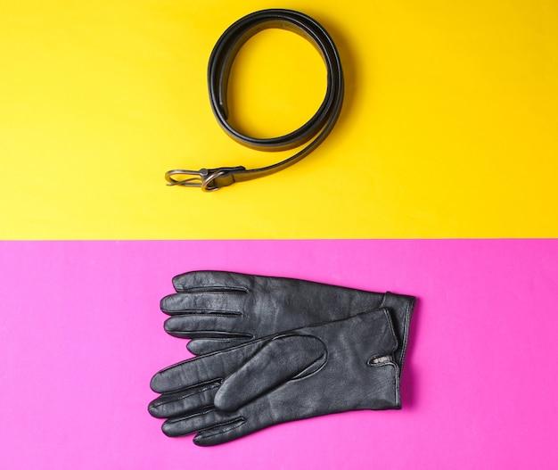 Colagem de minimalismo de acessórios de moda em fundo colorido. luvas de couro, cinto. vista do topo