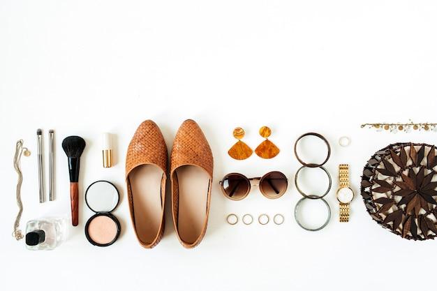 Colagem de moda plana com bijuterias modernas femininas, cosméticos na superfície branca